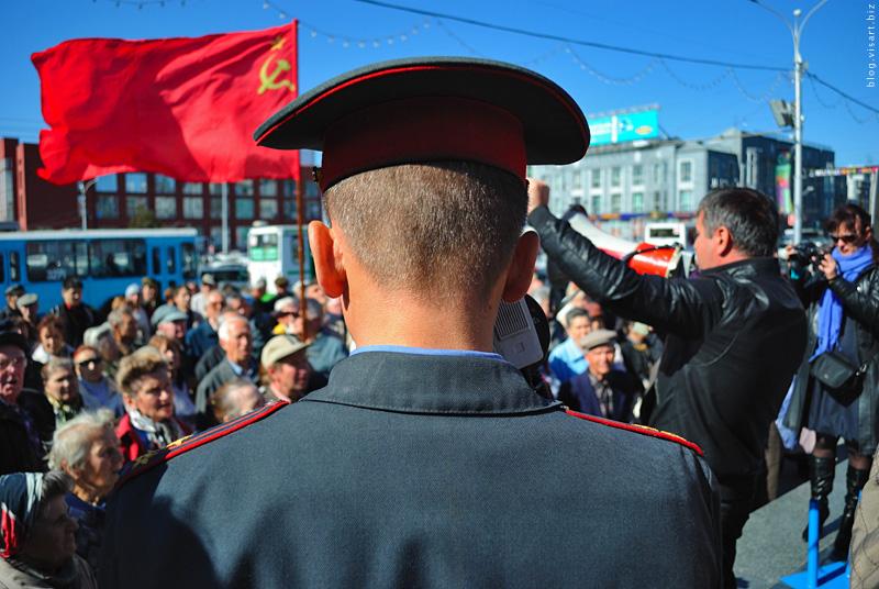 Новосибирские пенсионеры пытались штурмом взять полицейский участок