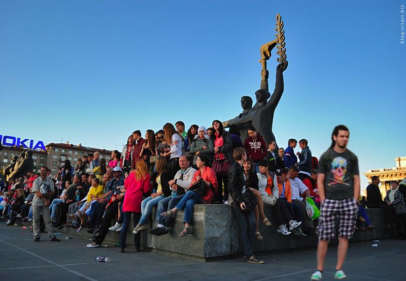Artem Loskutov and statue